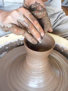 陶芸のロクロをひく画像